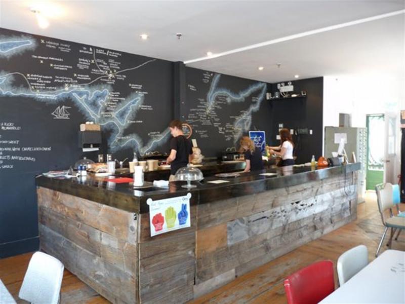 Decoraci n de bares con pintura pizarra pinturas arte nuevo for Decoracion para bares rusticos